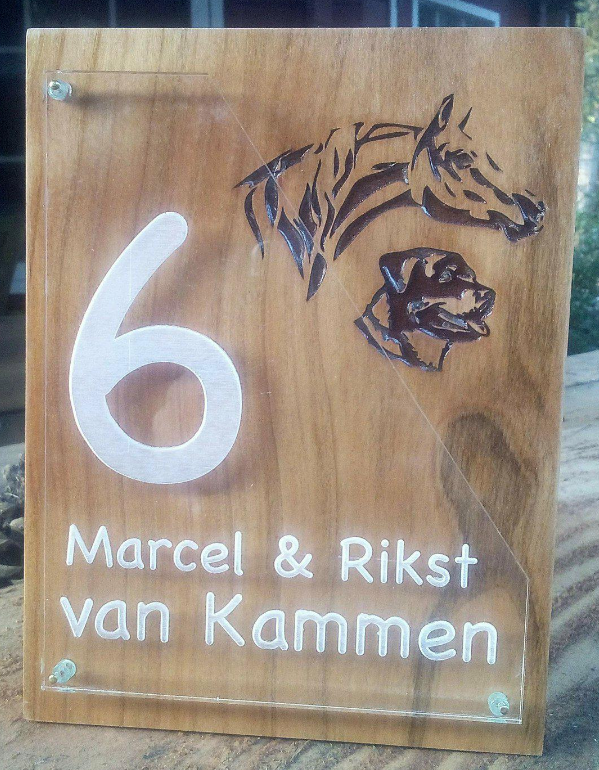 Naambord massief hout & acrylaat